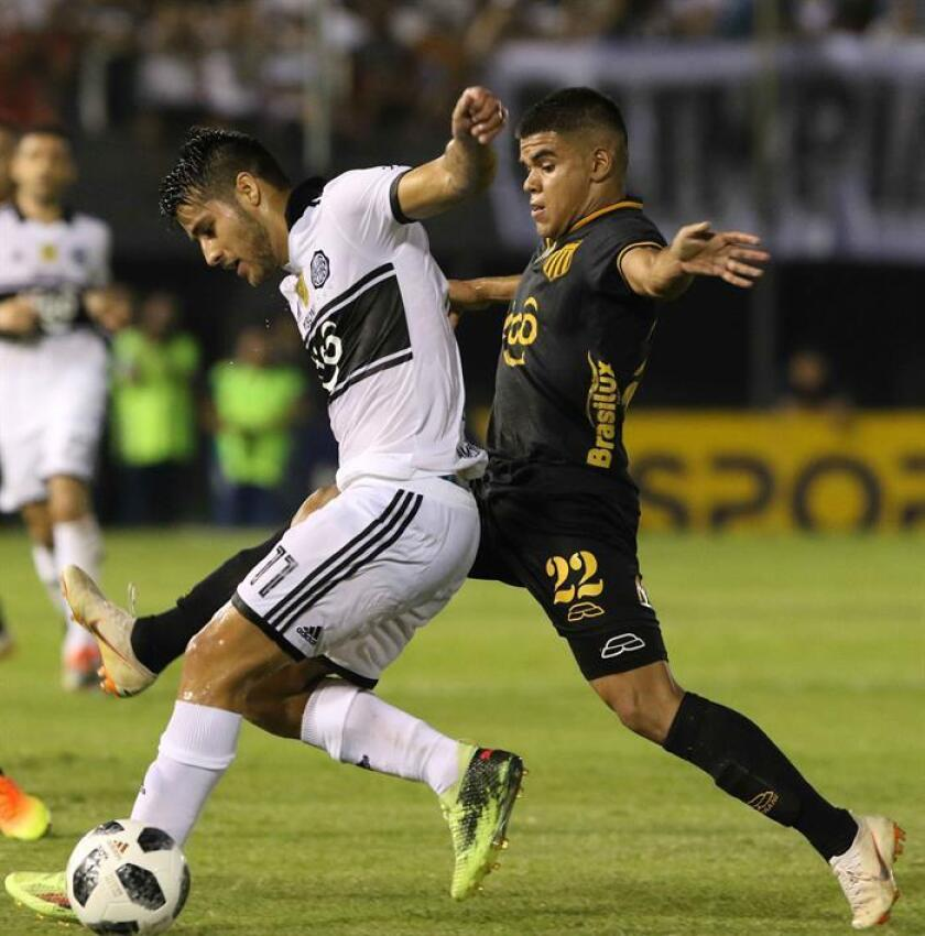 Caballero se incorporó como centrocampista a Olimpia en 2017, tras realizar una buena temporada con el General Díaz, mientras que Iván Torres (imagen, i) fichó como extremo en 2015 tras haberse formado en la cantera de Cerro Porteño. EFE/Archivo
