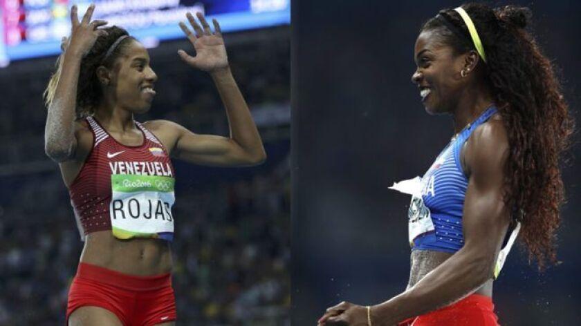 La venezolana Yulimar Rojas (izquierda) y la colombiana Catherine Ibargüen (derecha), en el podio del salto triple femenino.
