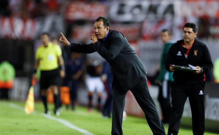 En la imagen, el entrenador peruano Juan Reynoso. EFE/Archivo
