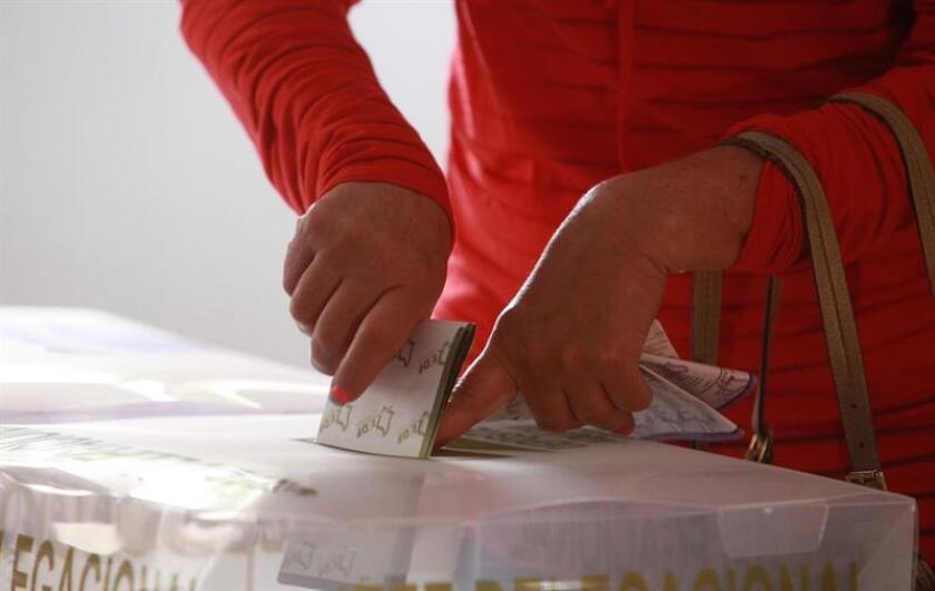 Fotografía de archivo del 7 de junio de 2015 de una persona emitiendo su voto en las elecciones generales, en Ciudad de México (México). EFE