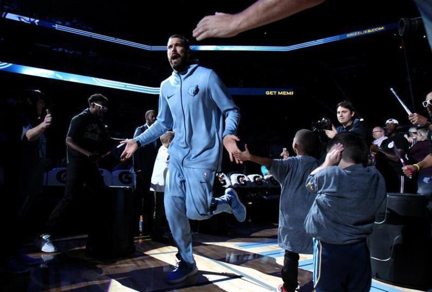El jugador español Marc Gasol (c) de los Memphis Grizzlies es presentado durante un partido de la NBA que se disputa hoy, viernes 19 de octubre de 2018, en el FedExForum de Memphis, Tennessee (EE.UU.). EFE