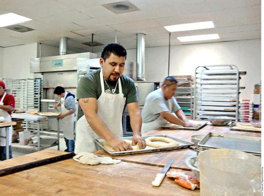 Rodrigo Castillo tiene una panadería en Carolina del Norte.