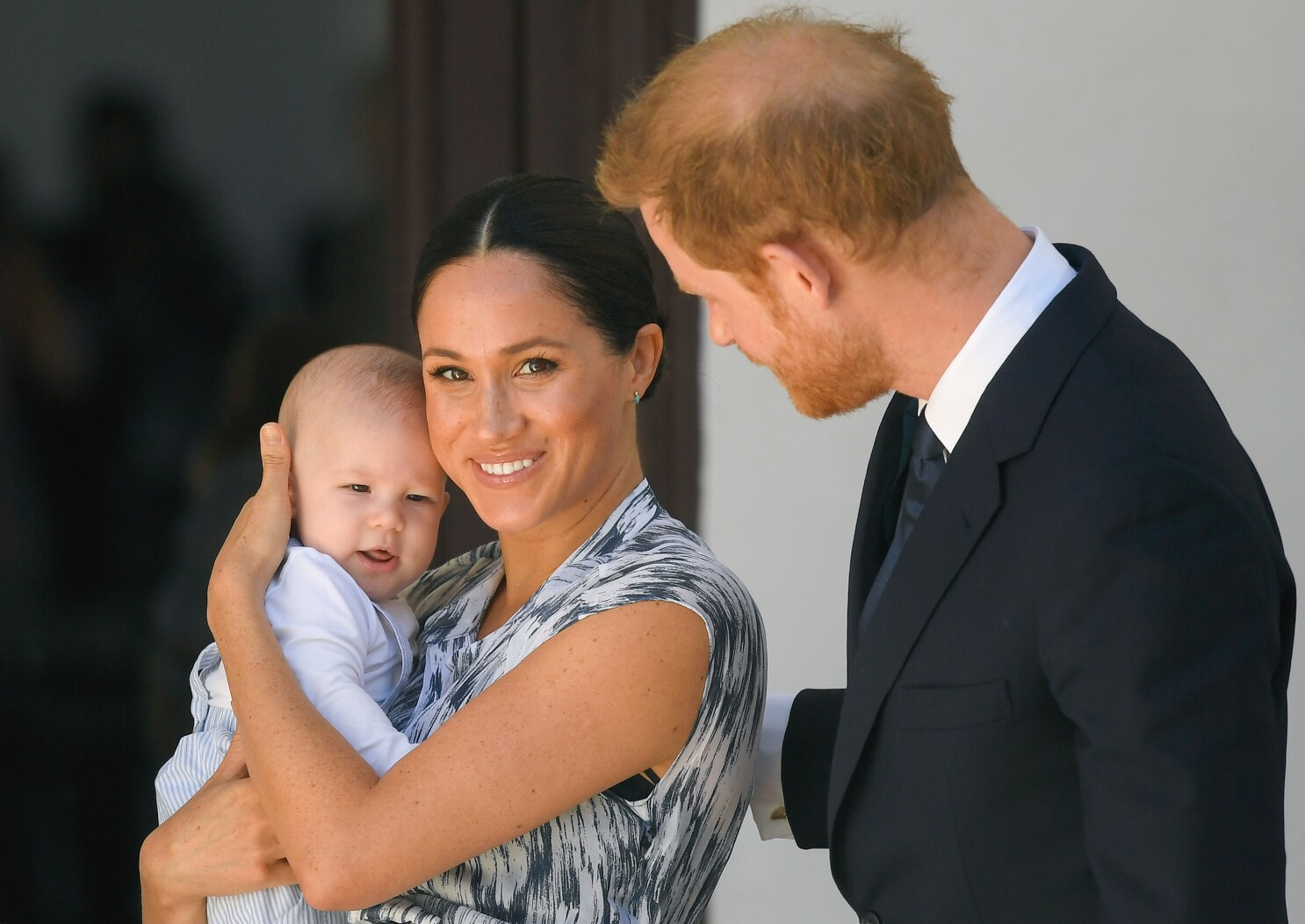 meghan markle prince harry get apology for baby archie pics los angeles times meghan markle prince harry get apology