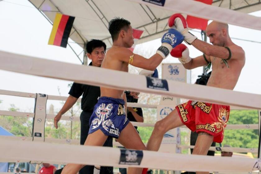 El luchador español Carlos Coello durante un combate en Ayutthaya (Tailandia) celebrado en el Día del Muay Thai en homenaje a los maestros, en especial el legendario Khanom Tom. EFE
