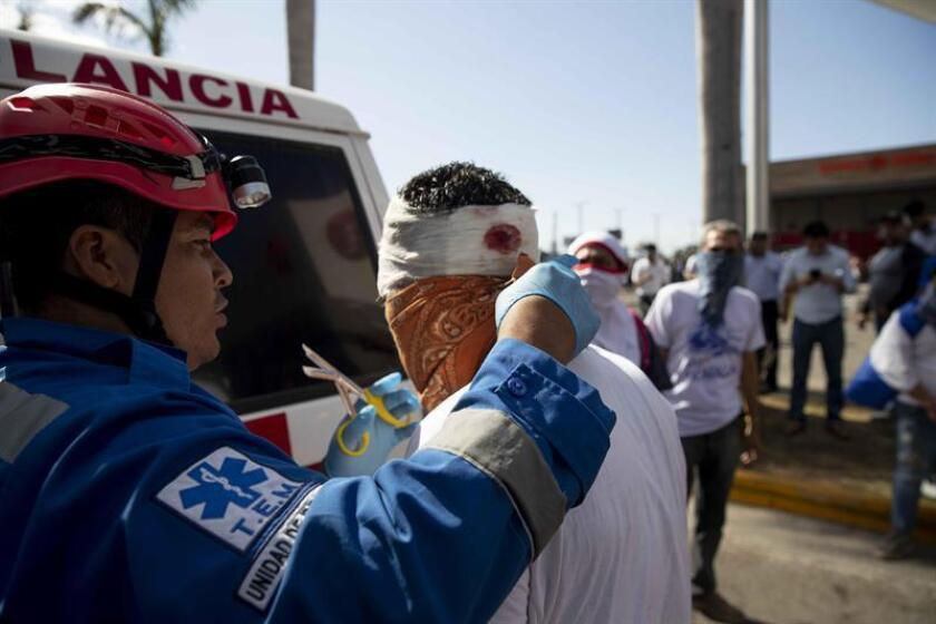 Un manifestante es atentado por miembros de la Cruz Roja después de haber recibido un disparo de bala de goma en la cabezas durante una manifestación contra el Gobierno de Daniel Ortega este sábado, en Managua (Nicaragua). EFE