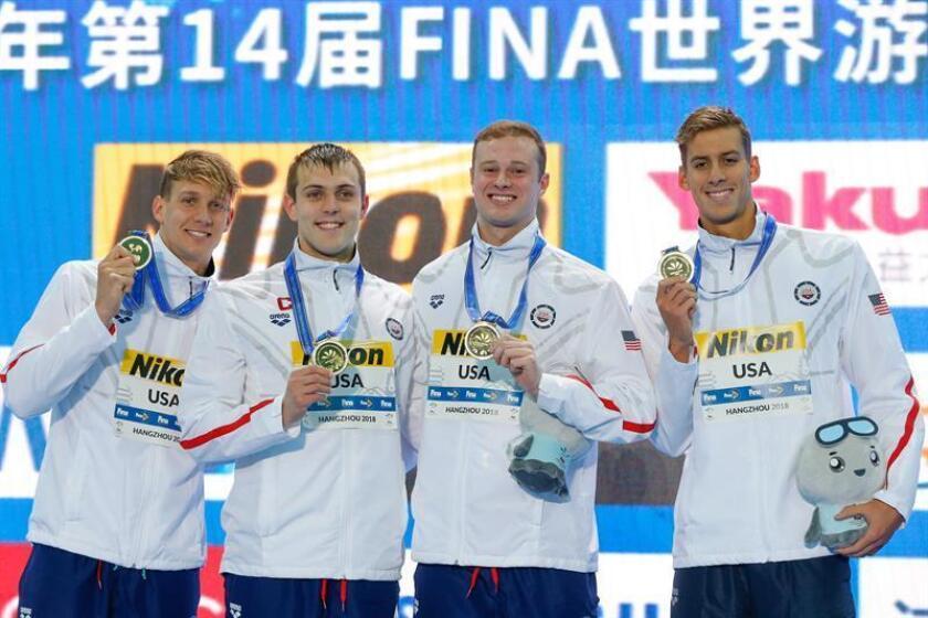 El equipo masculino estadounidense de natación celebra el oro tras su victoria en la final masculina de los relevos 4x50m estilo libre de los campeonatos del mundo de natación en piscina corta en Hangzhou (China) hoy, 14 de diciembre de 2018. EFE