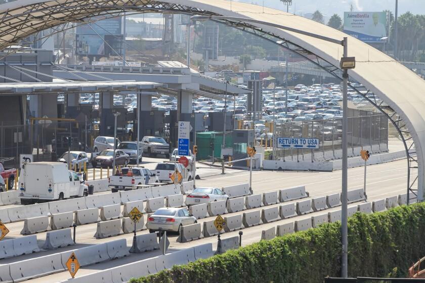 Autos viajan al sur junto al puerto de entrada de San Ysidro (al fondo). Algunos carriles al sur y al norte en la autopista I-5 serán temporalmente cerrados durante el mes de enero como parte del proyecto de ampliación y remodelación de la garita.