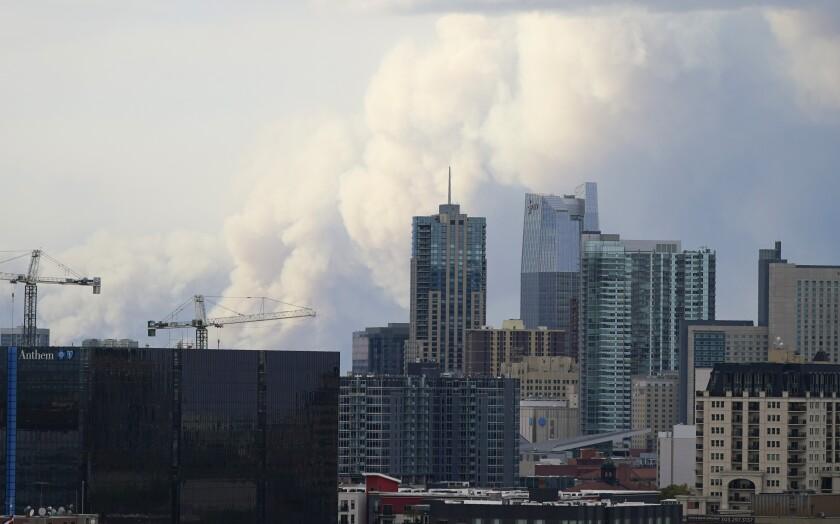 Una nube de humo se eleva en el horizonte, muy cerca de Denver, mientras varios incendios arden en el norte y oeste de Colorado, el sábado 17 de octubre de 2020. (AP Foto/David Zalubowski)