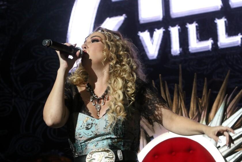 Alicia Villarreal consintió a sus seguidoras con éxitos del Grupo Límite.