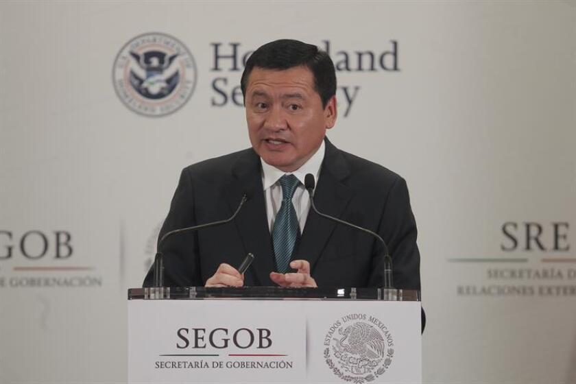 El secretario de Gobernación Miguel Ángel Osorio Chong (d), durante una conferencia de prensa. EFE/Archivo