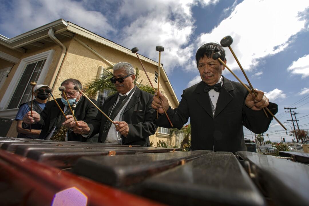 """Rosauro """"Chaury"""" Esteban, a la derecha, y su grupo de marimba, Perla Tuneca, tocan en una fiesta de recaudación de fondos"""