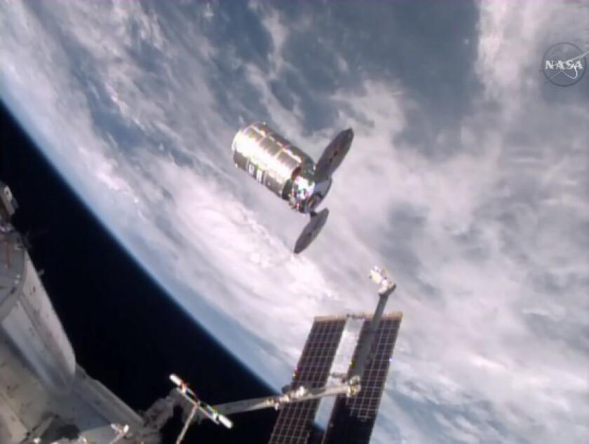Esta foto tomada de NASA TV muestra una cápsula cargada con 1,5 toneladas de basura liberadaa por la Estación Espacial Internacional, viernes 19 de febrero de 2016. El proveedor Orbital ATK envió la cápsula Cygnus a la estación con una carga de alimentos, ropa y otros artículos. Los astronautas retiraron la carga y llenaron la cápsula de basura para su incineración. Se prevé que la cápsula se consumirá sobre el Pacífico el sábado al reingresar a la atmósfera. (NASA via AP)