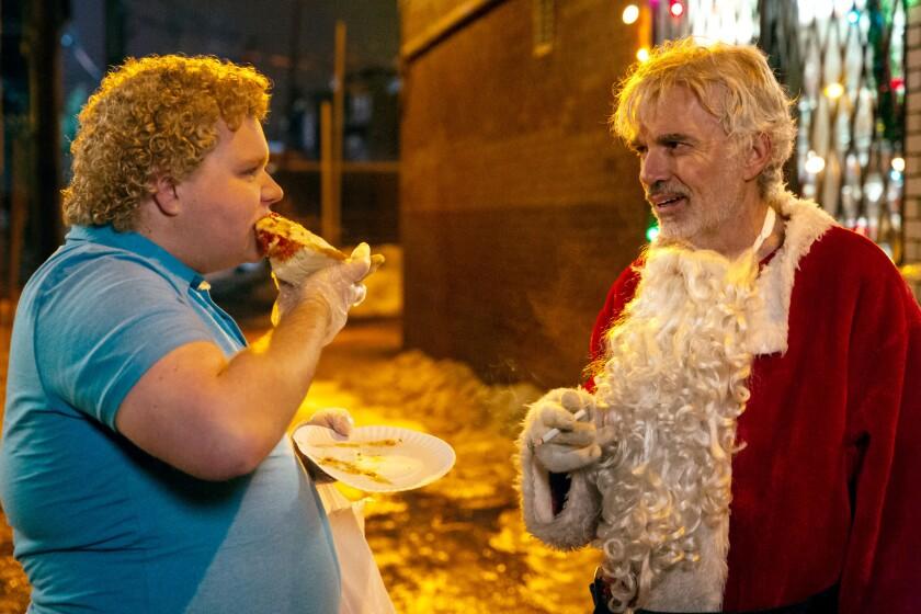"""En esta escena de """"Bad Santa 2"""", Willie Soke (Billy Bob Thornton) conversa con Thurman Merman (Brett Kelly), el chico que aparecía ya en la primera película."""