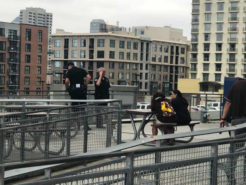Un agente de policía de San Diego mira por encima de la explanada de Petco