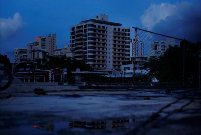 Un apagón general de electricidad ocurrió hoy en gran parte de Puerto Rico, según informó la Autoridad de Energía Eléctrica (AEE) y reportaron miles de ciudadanos a través de las redes sociales. EFE/Archivo