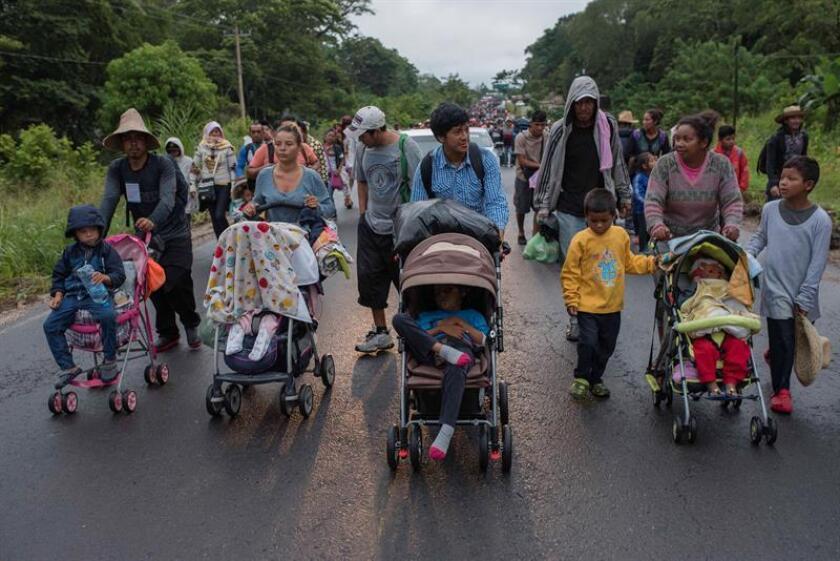Miembros de la caravana migrante siguen su camino por el municipio de Sayula de Alemán, en el estado de Veracruz (México), el sábado 3 de noviembre de 2018. Los integrantes de la caravana de migrantes que entró a México el 19 de octubre retomaron hoy a pie desde las primeras horas del día las carreteras del sur del estado de Veracruz en su camino hacia Estados Unidos, luego de que los buses prometidos por las autoridades locales no llegaran al lugar. EFE/Archivo