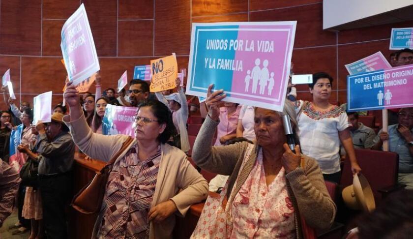 Integrantes de grupos religiosos protestan este miércoles, durante una sesión del congreso mexicano en el estado de Oaxaca (México). EFE/Daniel Ricardez