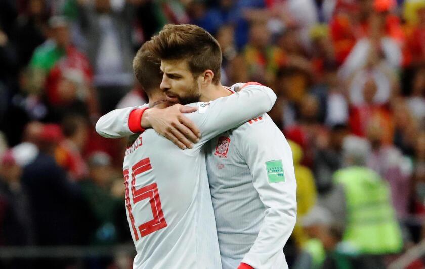 Sergio Ramos se saluda con Piqué al final del partido.