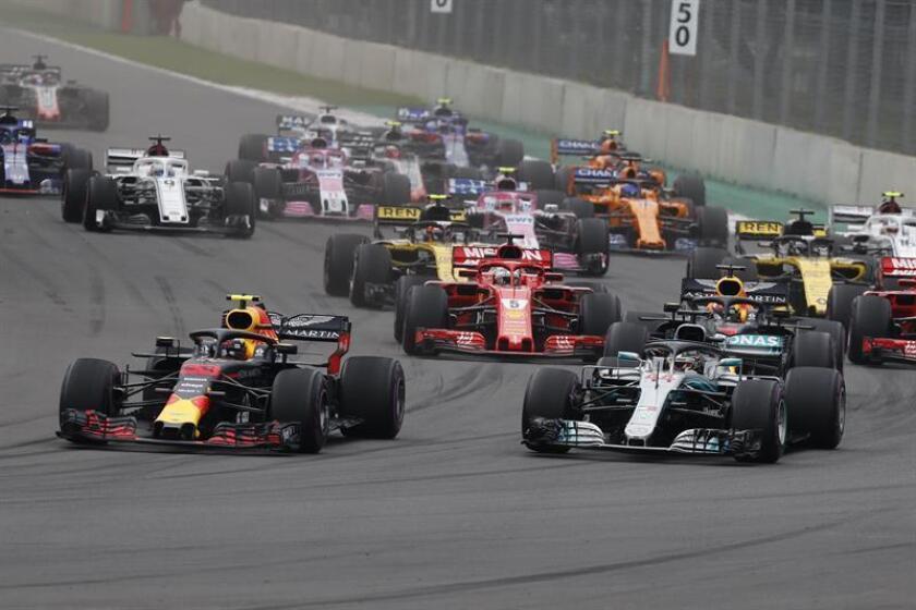 El australiano Daniel Ricciardo (i) de Red Bull y el británico Lewis Hamilton (d) de Mercedes compiten hoy, domingo 28 de octubre de 2018, en el Gran Premio de México de Formula Uno, en el Autódromo Hermanos Rodríguez, en Ciudad de México (México). EFE