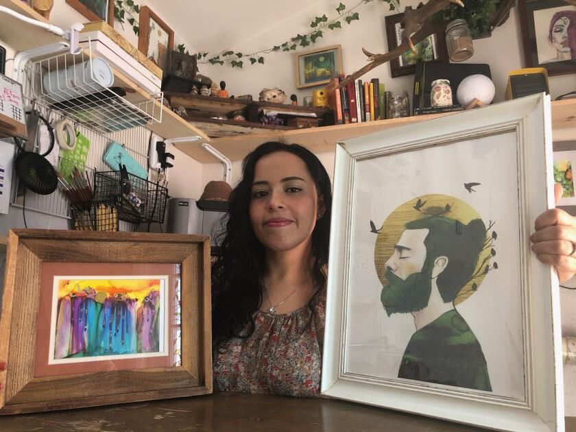 Mónica Catalán muestra dos de sus 50 obras que ha creado utilizando diferentes técnicas artísticas.