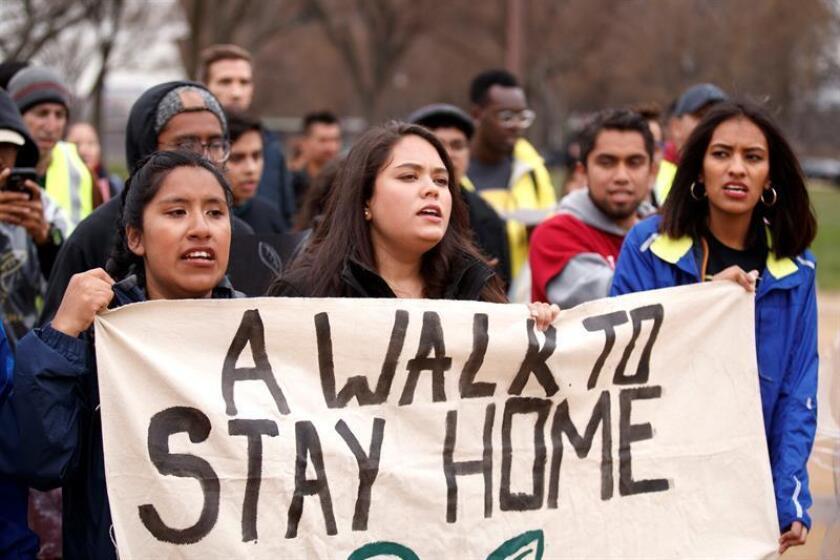 Los legisladores demócratas por Texas Filemon Vela y Vicente González anunciaron hoy que firmarán una petición para obligar al Congreso de EE.UU. a diseñar una ley que respalde los derechos de los jóvenes inmigrantes que llegaron al país cuando eran niños. EFE/Archivo