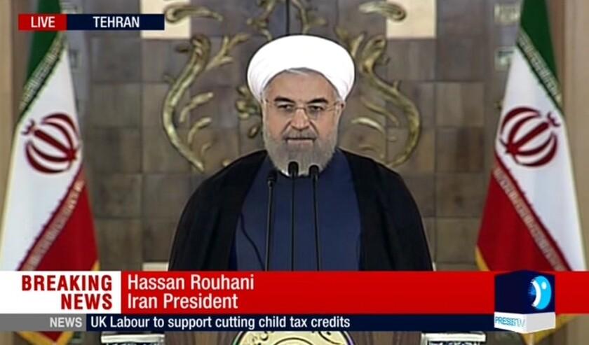 """Esta inagen tomada de un video transmitido por la televisora estatal iranó en inglés muestra al presidente iraní Hasan Ruhani al leer una declaración tras el anuncio del acuerdo nuclear con Irán, en Teherán martes 14 de julio de 2015. Ruhani dijo que comenzó un """"nuevo capítulo"""" en las relaciones de Irán con el mundo. (Press TV via AP video)"""