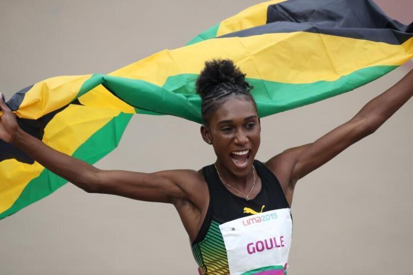 Viola Goule de Jamaica, medalla de oro, celebra este miércoles tras la final de los 800m femenino en los Juegos Panamericanos 2019, en Lima (Perú). EFE/Orlando Barría