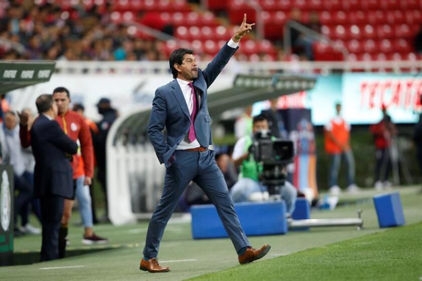 El entrenador de Chivas, José Cardozo, da indicaciones a sus jugadores el sábado 5 de enero de 2019, durante el juego correspondiente a la jornada 1 del torneo mexicano de fútbol celebrado en el estadio Akron de la ciudad de Guadalajara, Jalisco (México). EFE/Archivo