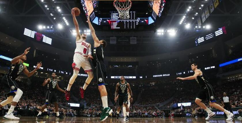 THM13. Milwaukee (United States), 16/11/2018.- Chicago Bulls guard Zach LaVine (L) shoots over Milwaukee Bucks center Brook Lopez (R) during the NBA game between the Chicago Bulls and the Milwaukee Bucks at Fiserv Forum in Milwaukee, Wisconsin, USA, 16 November 2018. (Baloncesto, Estados Unidos) EFE/EPA/TANNEN MAURY SHUTTERSTOCK OUT