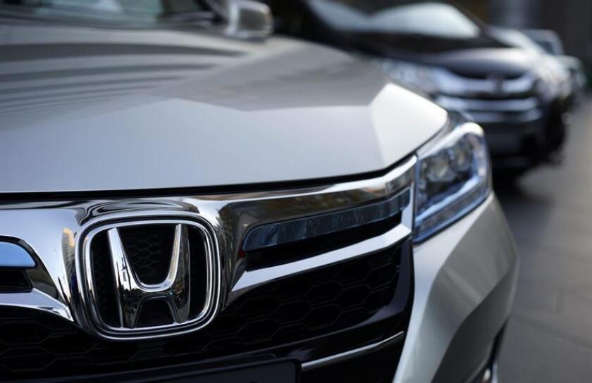 Fotografía de archivo tomada que muestra el logotipo de Honda en un coche expuesto en la sede de Honda en Tokio (Japón). EFE/Archivo