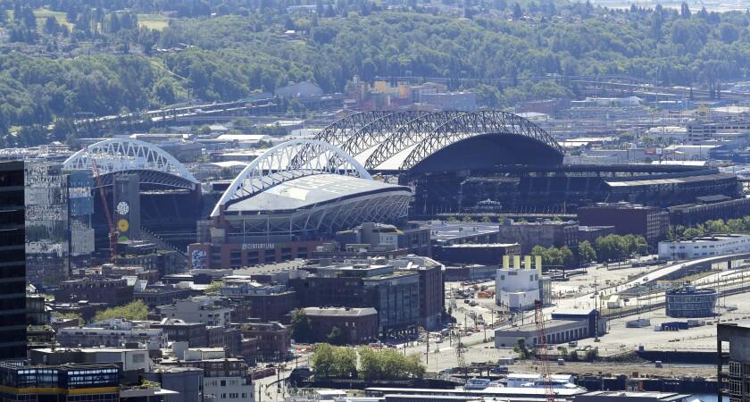 En esta fotografía tomada desde la torre de observación Space Needle se observa a los estadios T-Mobile Park,
