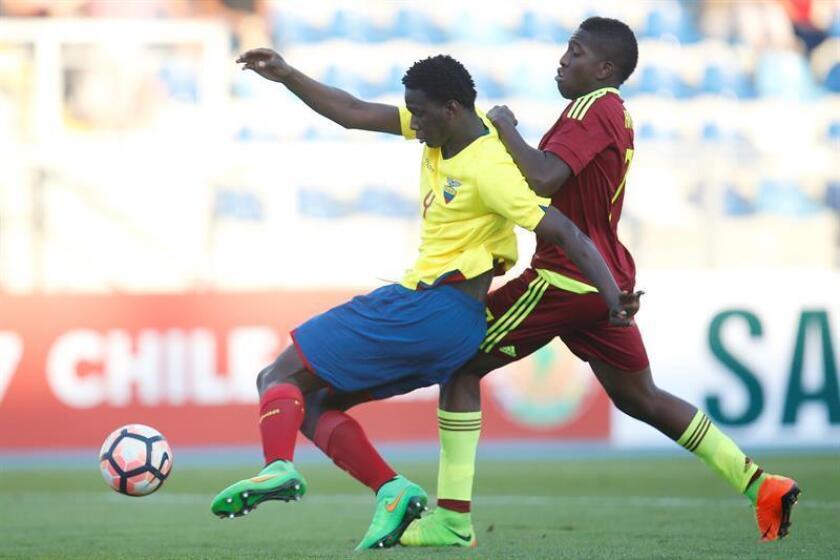 En la imagen, el jugador de la selección de fútbol de Ecuador Jackson Porozo (i). EFE/Archivo