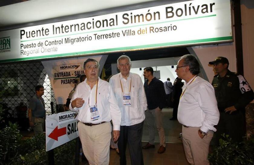 El embajador en la Organización de Estados Americanos (OEA), Alejandro Ordóñez (c), y delegados de la misión de la OEA, visitan el puente internacional Simón Bolívar, paso fronterizo entre Colombia y Venezuela. EFE/Archivo