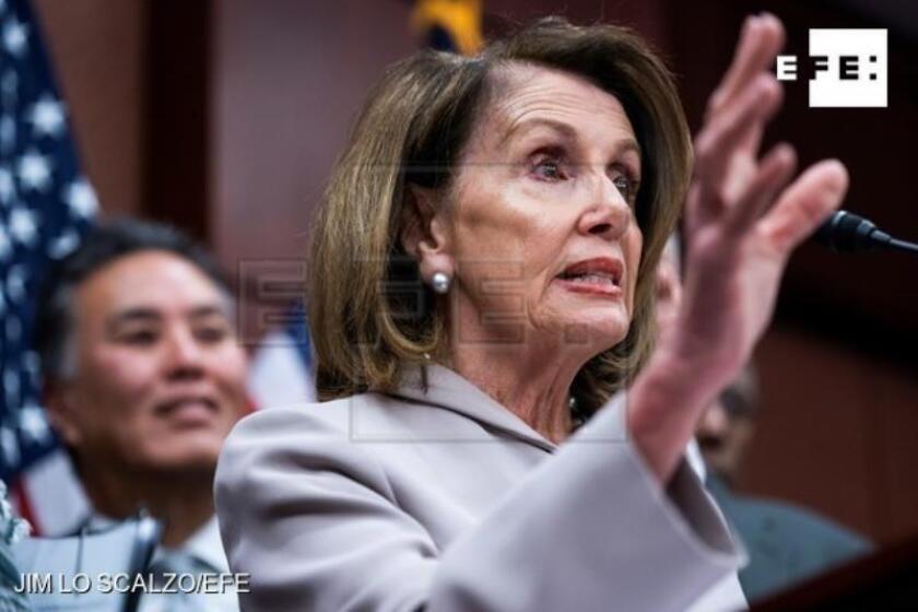 La presidenta de la Cámara de Representantes, la demócrata Nancy Pelosi, ofrece una rueda de prensa en el Capitolio para presentar un proyecto de ley sobre cambio climático, este miércoles en Washington (Estados Unidos). EFE