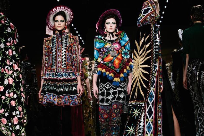 Modelos presentan creaciones de Naeem Khan durante la Semana de la Moda de Nueva York Otoño 2018 hoy, martes 13 de febrero de 2018, en Nueva York, Nueva York (EE.UU.). Las colecciones Otoño 2018 son presentadas del 12 al 14 de febrero. EFE