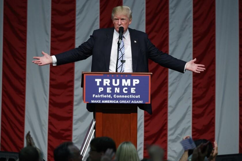 El candidato presidencial republicano Donald Trump habla durante un mitin de campaña en la Universidad del Sagrado Corazón, el sábado 13 de agosto de 2016, en Fairfield, Connecticut. (AP Foto/Evan Vucci)
