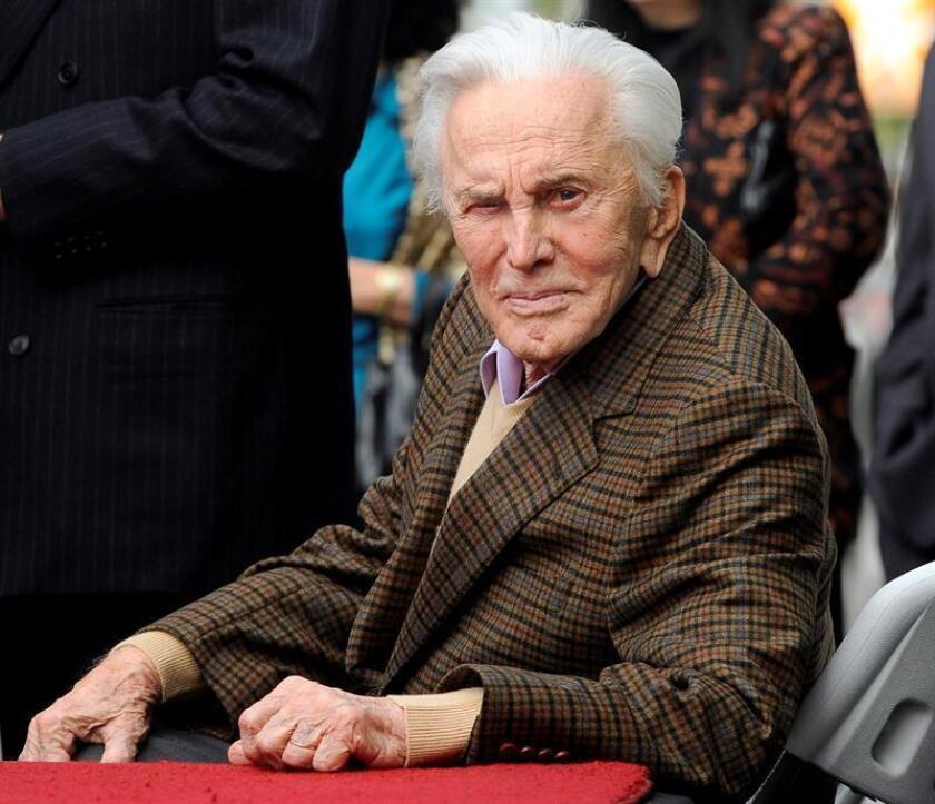 Douglas, de 101 años, apareció en el escenario del hotel Beverly Hilton acompañado de su nuera Catherine Zeta-Jones -esposa de su hijo Michael- para presentar el premio al mejor guion de una película. EFE/Archivo