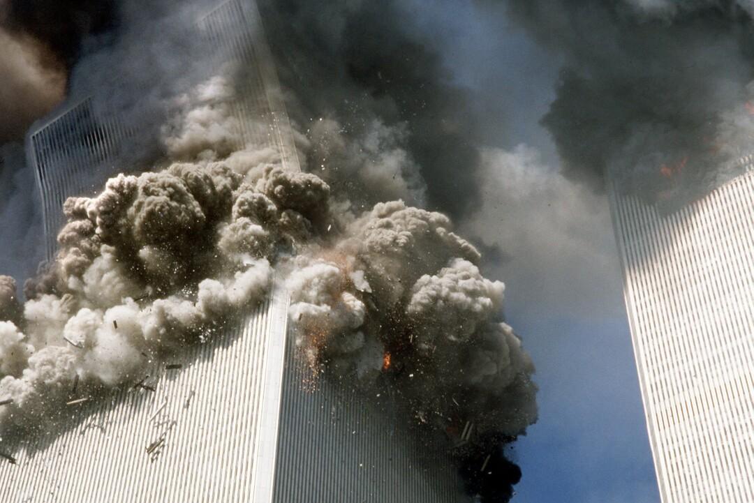 با نگاه به برج ، هنگامی که بالای آن شروع به سقوط می کند ، دود بیرون می آید