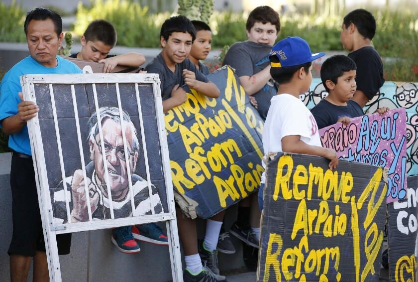 Manifestantes se concentran frente a la sede de la oficina del condado de Maricopa el miércoles 25 de mayo de 2016, en Phoenix. (AP Foto/Ross D. Franklin)