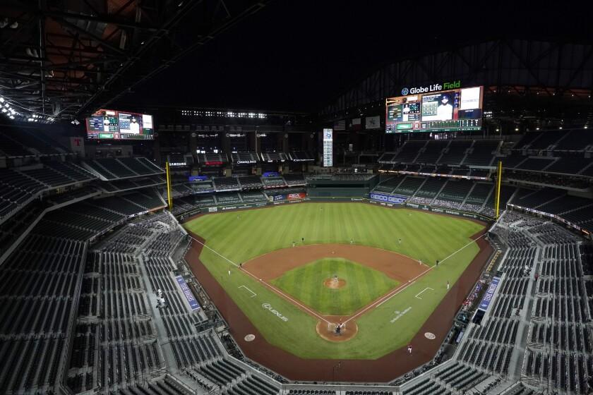 Rougned Odor de los Rangers de Texas espera en el plato el lanzamiento de Mike Fiers de los Atléticos de Oakland