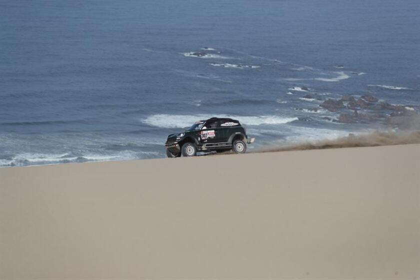 El español Nani Roma conduce su vehículo Mini durante la segunda etapa del Rally Dakar 2019 entre Pisco y San Juan de Marcona (Perú). EFE