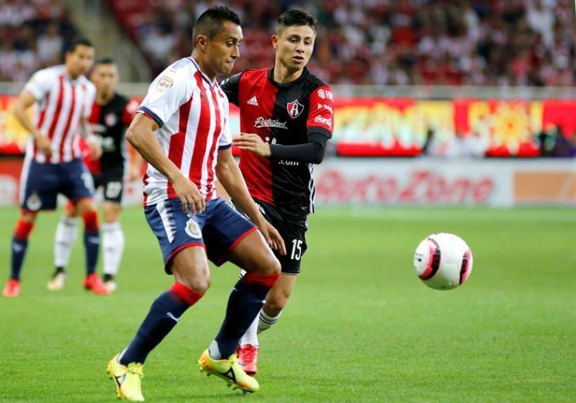 Las Chivas del Guadalajara, decimoquinto en el Clausura mexicano, es equipo grande, que gusta del buen trato de balón y no trabaja para ganar como sea, dijo hoy el defensa Edwin Hernández (izq). EFE/ARCHIVO
