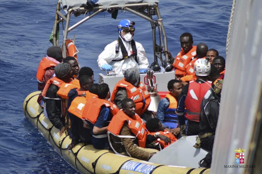 En esta imagen sin fecha proporcionada por la Marina italiana muestra migrantes rescatados en el Mediterráneo. (Marina Italiana via AP)