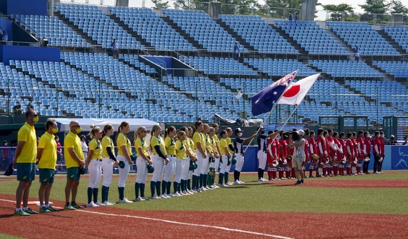 Las jugadoras de Australia y Japón forman fila antes del comienzo de su encuentro de softbol,