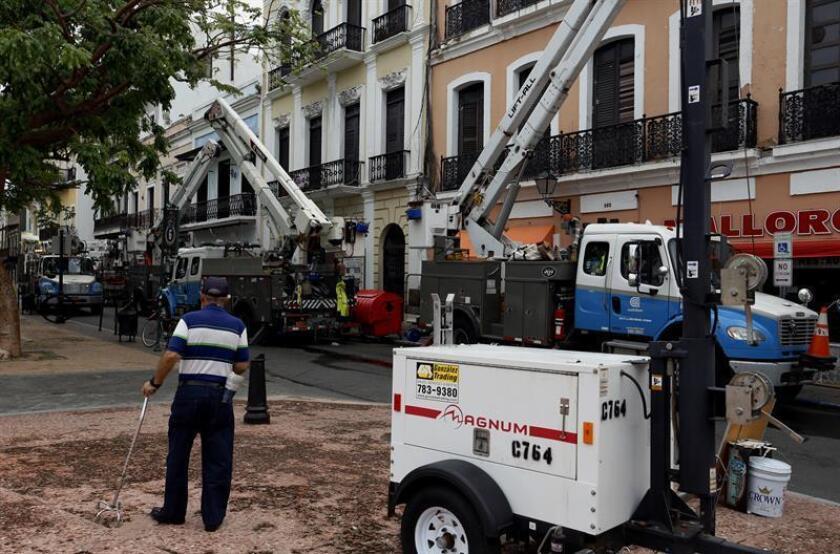 Vista de varias personas trabajando en la recuperación de la ciudad de San Juan, Puerto Rico, después del paso del huracán María. EFE/Archivo