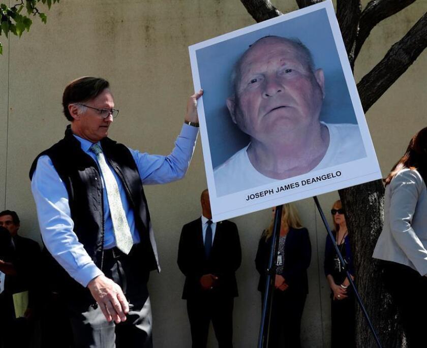 Un oficial coloca una fotografía policial en un caballete, del sospechoso identificado como Joseph James DeAngelo, de 72 años, ex oficial de policía en Visalia y Auburn. EFE/Archivo