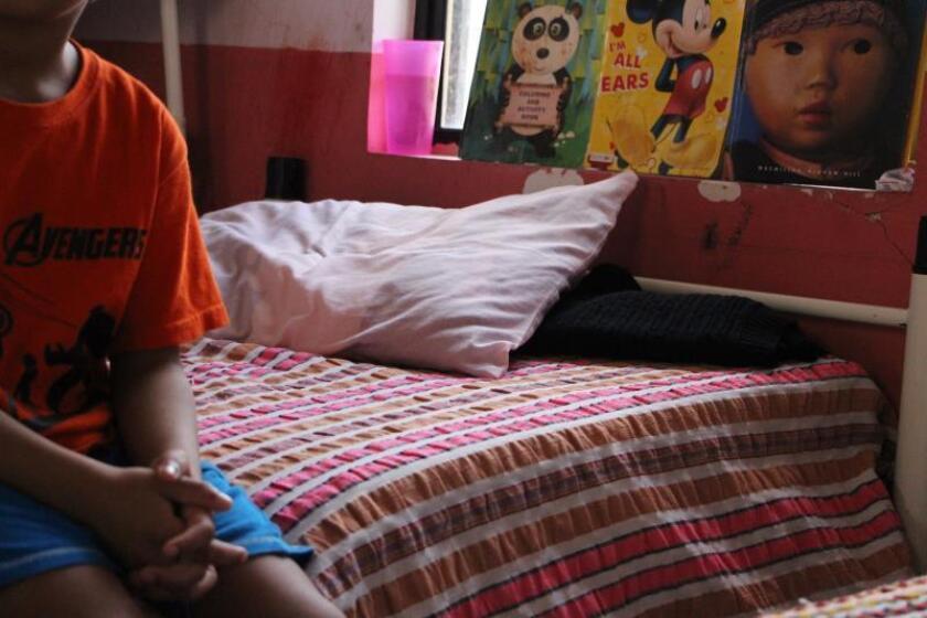 Un niño se sienta en la cama de uno de los albergues del Centro de Atención al Menor Fronterizo (Camef) el 5 de julio de 2019, en la fronteriza ciudad de Matamoros (México). EFE/Abrhan Pineda Jácome