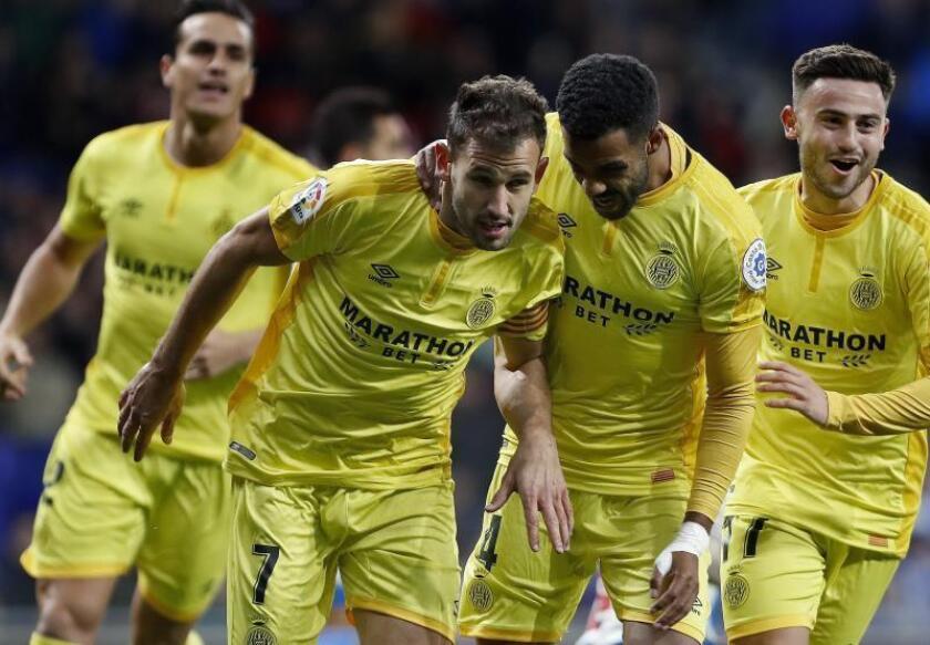 El delantero uruguayo del Girona Christian Stuani (i), celebra con sus compañeros, su segundo gol ante el Espanyol. EFE