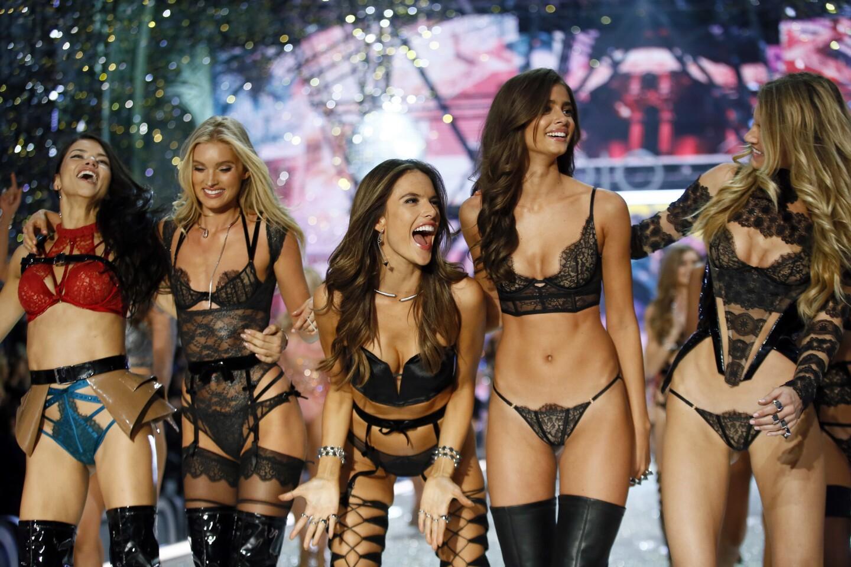 (Izq-der): Las modelos Adriana Lima, Lily Donaldson, Alessandra Ambrosio, Taylor Hill y Martha Hunt agradecen los aplausos durante el desfile de Victoria's Secret en el Grand Palais de París.