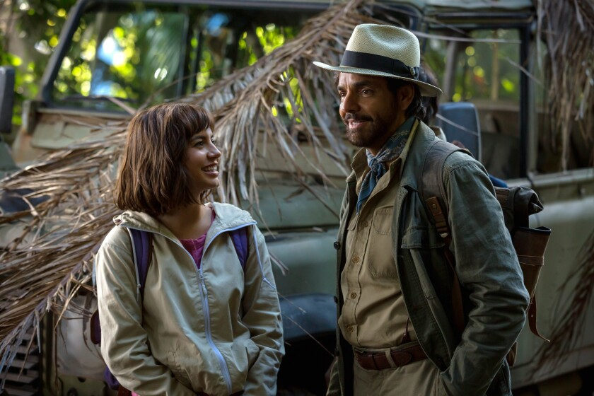 "Isabela Moner y Eugenio Derbez en una escena de ""Dora and the Lost City of Gold."""